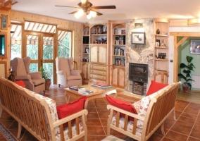 Salón con muebles de madera clara