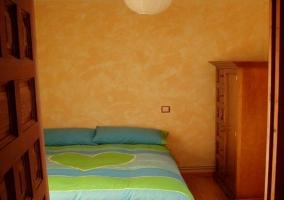 Dormitorio con baño y muebles de madera