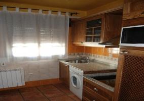 Cocina con azulejos color ocre