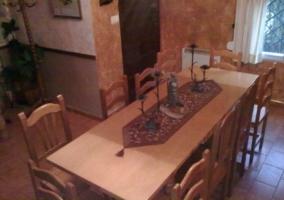 Mesa del comedor de la casa rural