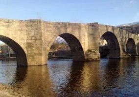 Puente medieval cerca de la casa rural