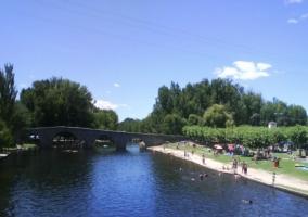 Río junto al puente medieval
