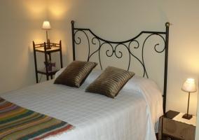 Dormitorio de matrimonio con mesilla original