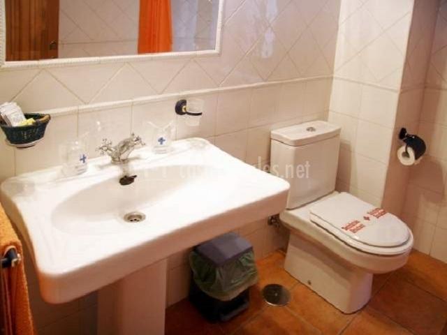 Aseo con lavabao blanco e inodoro al lado