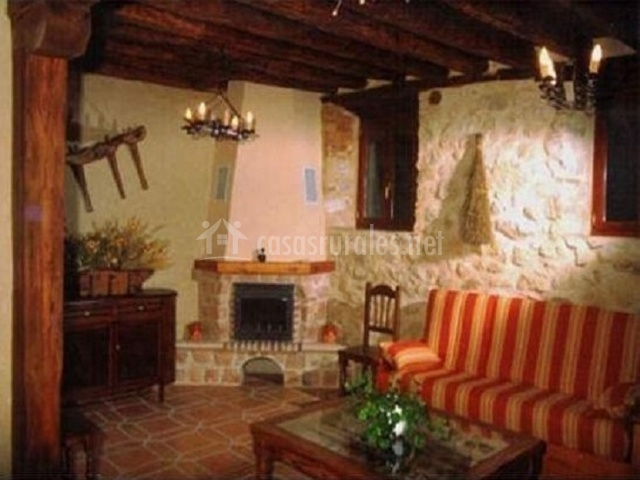 Salón con sillón de colores y chimenea en la esquina