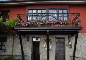 Balcón decorado con macetas