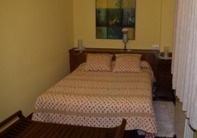 Banco de madera a los pies de la cama