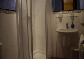 Plato de ducha y toallas en el baño