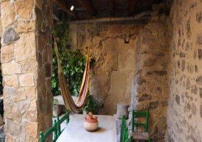 Piscina hidromasaje y mesa blanca