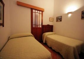 Dormitorio de matrimonio con balcón