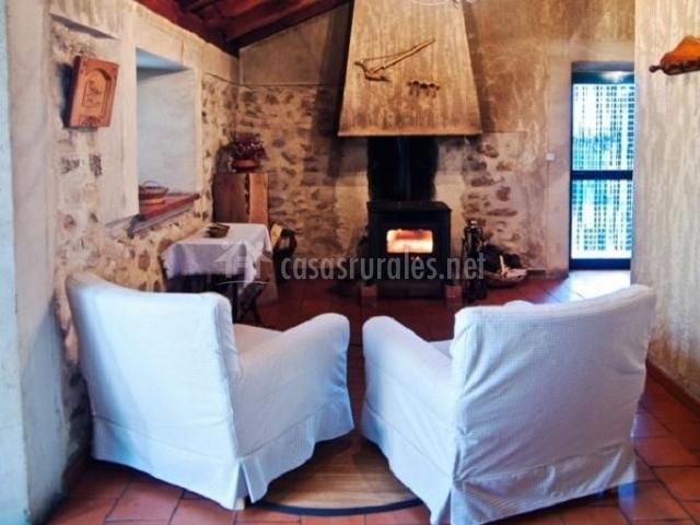 Dos sillones individuales frente a la chimenea de la sala de estar
