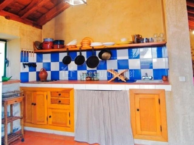 Cocina abierta con azulejos azules y blancos