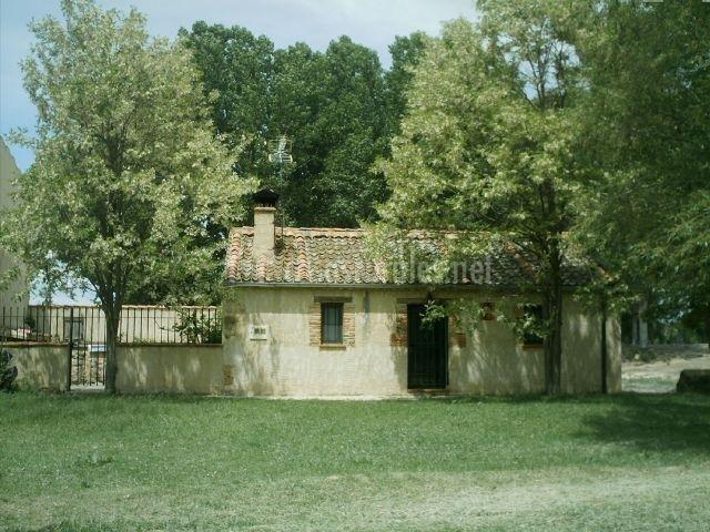 Vista de la fachada de la casa y zona ajardinada