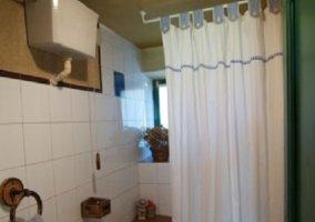 Aseo con bañera y cortina blanca y azul
