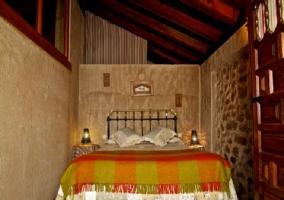 Dormitorio con cama de matrimonio y lamparillas encendidas