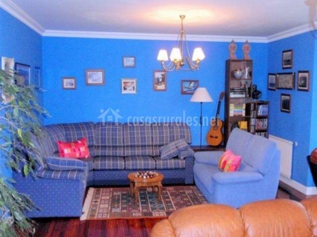 Sala de estar azul con zona de descanso