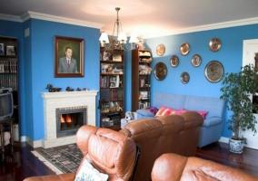 Sala de estar azul con chimenea
