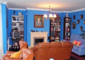 Sala de estar azul con suelos de madera