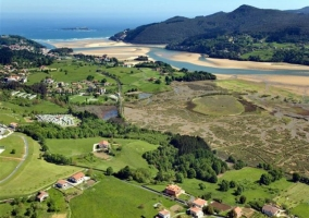 Zona natural del entorno con casas