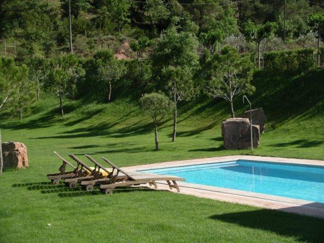 La torre blanca en cardona barcelona - Tumbonas piscina ...