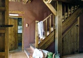 Escalera con puerta de madera