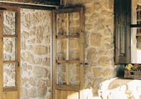 Puerta y pared de piedra