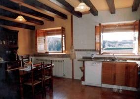 Salón de comedor con pared de piedra