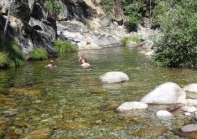 Turistas disfrutando de un buen baño en el Valle Jerte
