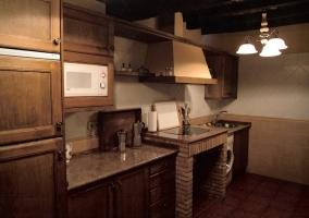 Cocina totalmente amueblada con microondas y armarios empotrados