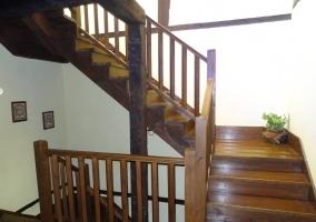 Escaleras de acceso a las diferentes plantas del alojamiento