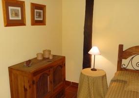 Habitación doble con muebles de madera y techos de viga