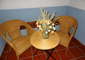 Pequeña mesa con silla en el patio interior de la casa rural