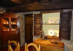 Vajilla colocada en ventanillas y armarios de madera