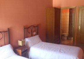 Habitación roja con baño