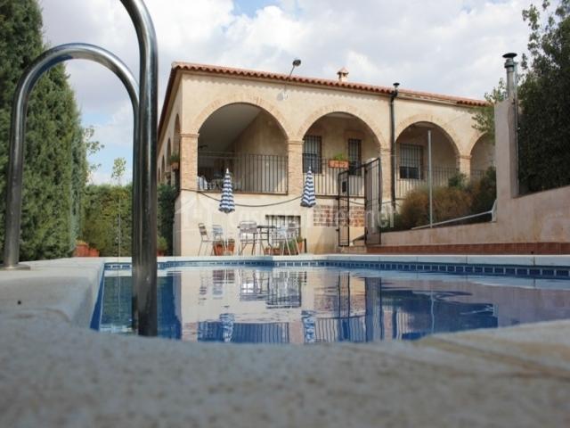 Terraza y piscina con mobiliario