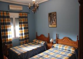 Habitación azul con ventana