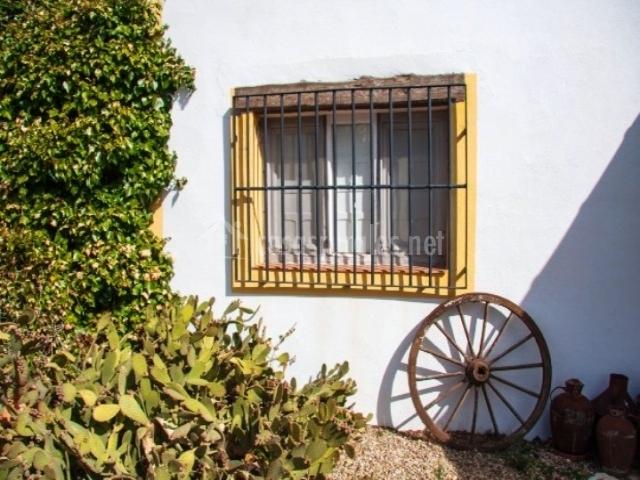 Detalle de la ventana de un dormitorio