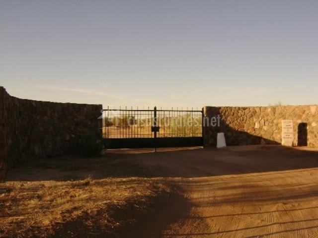 Puerta de accesoa la finca