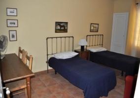 Dormitorio doble con mesa de escritorio y cuadros equestres