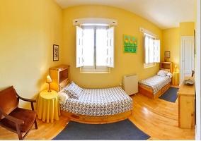 Dormitorio con dos camas individuales de la casa rural