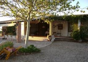 Exterior y porche de la casa rural