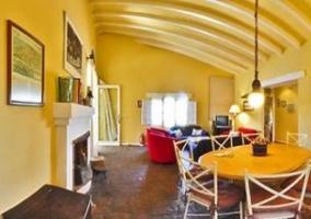 Sala de estar y mesa del comedor de la casa  rural