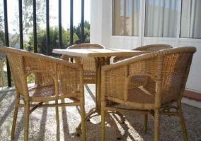 Terraza con sillas de mimbre