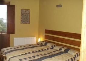Habitación doble con camas azul y blanca