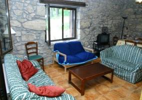 Salón con piedra vista y sofás