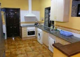 Cocina completa con varios electrodomésticos
