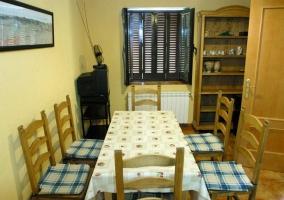 Comedor completo con mesa y sillas