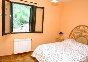 Dormitorio con cama de matrimonio y ventana
