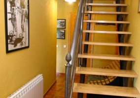 Escaleras de madera con pared amarilla