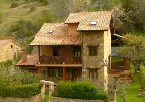 Fachada con balcones de madera